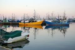 Fischerei der Lieferungen im Hafen Stockbild