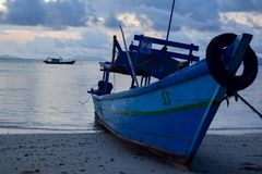 Fischerei des hölzernen Bootes nahe pahawang Insel Bandar Lampung indonesien stockfotos