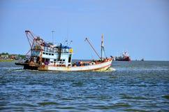 Fischerei des Schiffs in Andaman-Meer Thailand Lizenzfreie Stockbilder