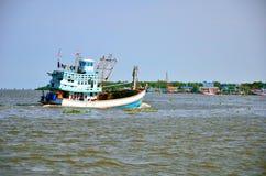 Fischerei des Schiffs in Andaman-Meer Thailand Lizenzfreies Stockfoto