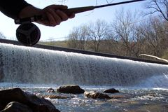 Fischerei des Spillway Lizenzfreie Stockfotos