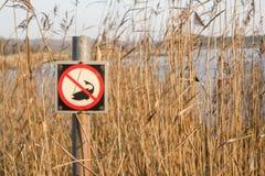 Fischerei des verbotenen Zeichens durch einen See Lizenzfreie Stockfotografie