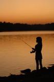 Fischerei durch den See Lizenzfreies Stockfoto