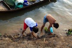 Fischerei durch Hände stockfoto