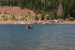 Fischerei in einem Bauchboot Lizenzfreie Stockfotos