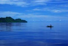 Fischerei an einem ruhigen blauen Tag Lizenzfreie Stockbilder