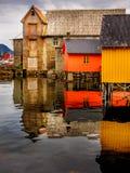 Fischerei für Farbe in einem norwegischen Dorf Lizenzfreie Stockfotografie