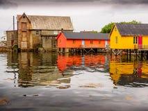 Fischerei für Farben in einem norwegischen Stauwasser Stockbilder