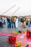 Fischerei für Flaschen in Marrakesch Stockbilder