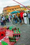 Fischerei für Flaschen in Marrakesch Stockfotos