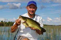 Fischerei für Forellenbarsch stockfotografie