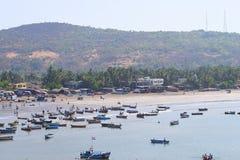 Fischerei-Hafen bei Harnai, Dapoli, Indien - Hafen, Strand und kleiner Hügel Lizenzfreies Stockbild
