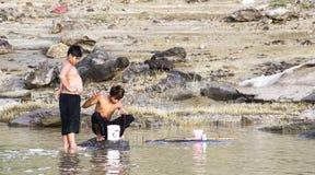 Fischerei im Fluss Lizenzfreie Stockfotos