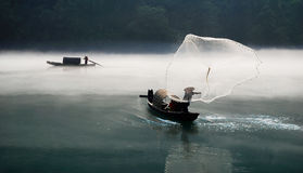 Fischerei im Nebelfluß Lizenzfreie Stockbilder