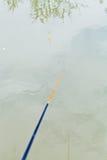 Fischerei im ruhigen Fluss Stockfotos