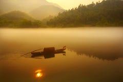 Fischerei im Sonnenaufgang Lizenzfreies Stockbild
