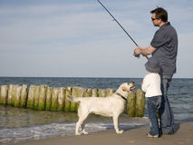 Fischerei mit Hund lizenzfreie stockbilder