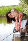 Fischerei mit Mamma stockbild