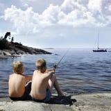 Fischerei mit zwei Jungen Stockfotos