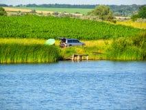 Fischerei nahe dem Fluss stockbilder