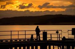 Fischerei am Sonnenuntergang. lizenzfreie stockfotos