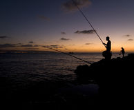 Fischerei am Sonnenuntergang stockbild