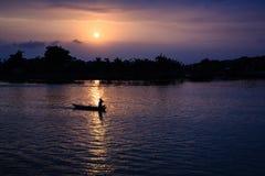 Fischerei in Thu Bon-Fluss auf Sonnenuntergang, Quang Nam, Vietnam Lizenzfreies Stockfoto
