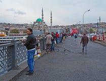 Fischerei von der Galata-Brücke, Istanbul, die Türkei Lizenzfreie Stockbilder