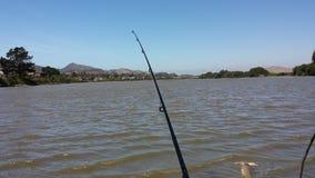 Fischerei von einem See Lizenzfreies Stockfoto