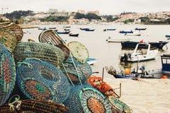 Fischerei von Fallen und von verankerten Booten in Porto stockfoto