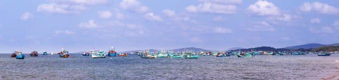 Fischerei von Schiffen in Meer Lizenzfreie Stockbilder