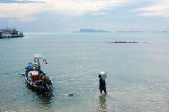 Fischerei von thailändischen Booten und von Männern, die im Meer arbeiten Lizenzfreie Stockfotos