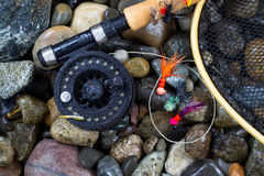 Fischereiausrüstung der nassen Forelle auf Flussfelsen Stockfotos