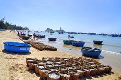 Fischereien sind auf dem Strand in vielen Körben, die auf das Laden auf den LKW zur Verarbeitungsanlage warten Stockfotos