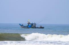 Fischereifahrzeug geht zum Meer Stockfotos