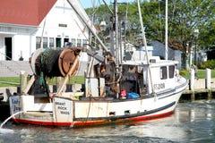 Fischereifahrzeug koppelte in Hyannis, MA an. stockfotografie