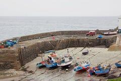 Fischereifahrzeuge im Hafen bei Ebbe Lizenzfreie Stockbilder