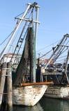 Fischereifahrzeuge im Seehafen festgemacht Stockfotos