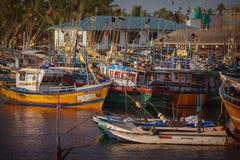 Fischereihafen, alte Boote sind auf dem Wasser Lizenzfreie Stockfotos