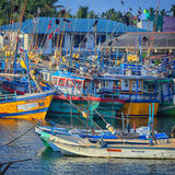 Fischereihafen, alte Boote sind auf dem Wasser Lizenzfreie Stockbilder