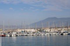 Fischereihafen an einem sonnigen Tag stockfotos