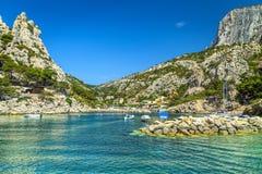 Fischereihafen mit felsiger Bucht nahe Marseille, Cassis, Frankreich, Europa Stockfoto