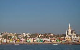 Fischereihafen mit großer Kirche im Hintergrund, KanyaKumari lizenzfreies stockfoto