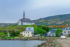 Fischereihafen und die Kirche in Holmavik Stockbild