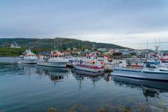 Fischereihafen und die Kirche in Holmavik Lizenzfreies Stockfoto