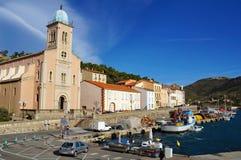 Fischereihafen und Kirche des Hafens Vendres Lizenzfreies Stockfoto