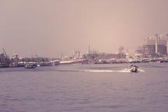 Fischereihafen von Adschman in Dubai, UAE am 28. Juni 2017 Stockfotografie