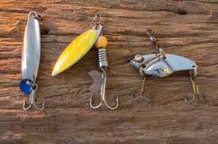Fischereihaken auf hölzernem Hintergrund lizenzfreie stockfotos