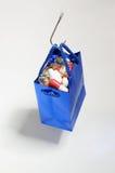 Fischereihaken, der eine blaue Tasche mit Medizin hält Stockbild