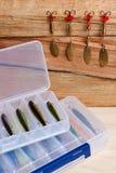 Fischereiköder auf hölzernem Hintergrund Lizenzfreies Stockbild